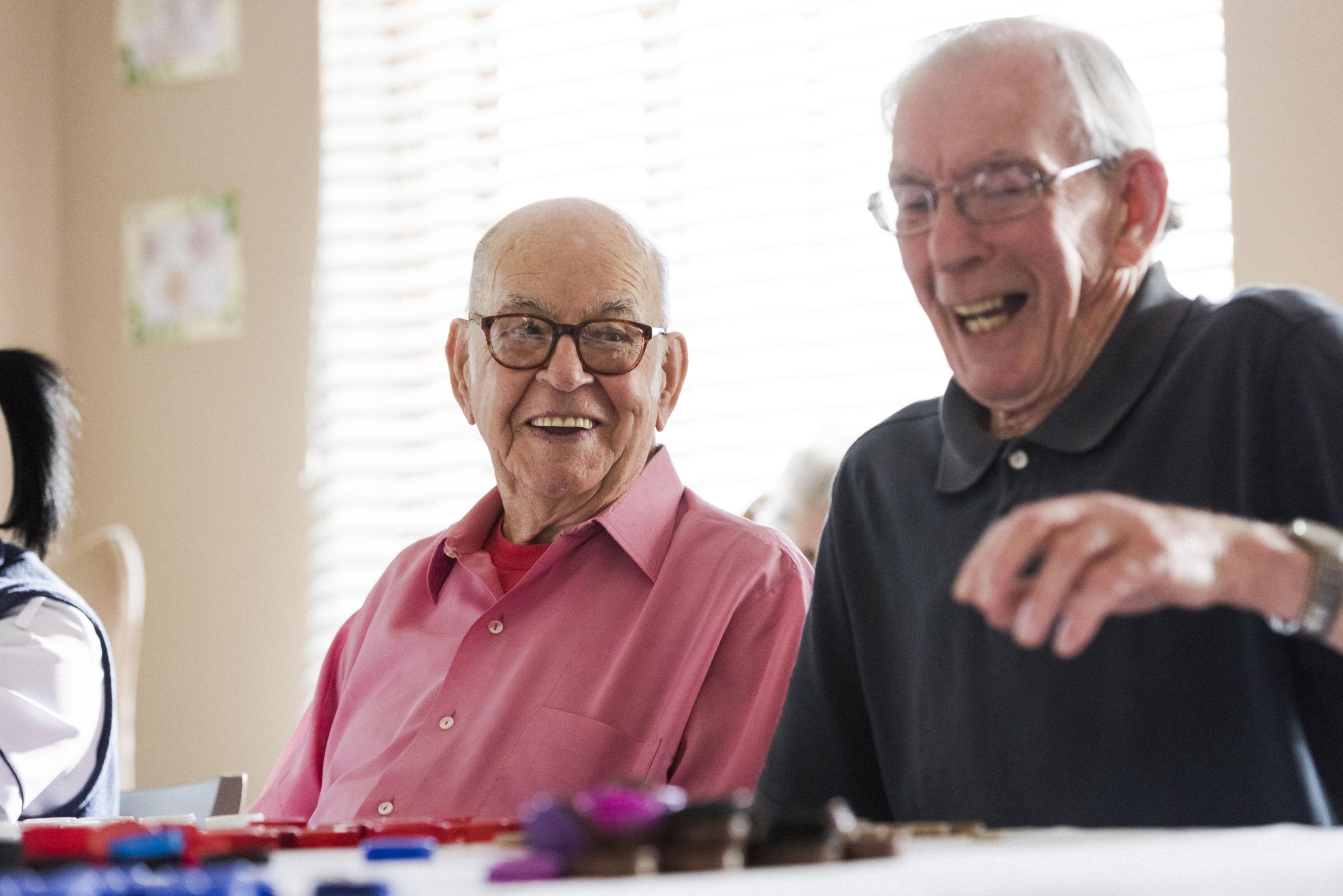 Samen met oudere leeftijdsgenoten lachen bij de dagbesteding